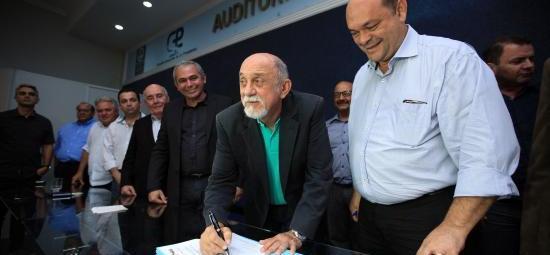 Em Santarém, governador assina ordem de serviço para mais dois terminais hidroviários
